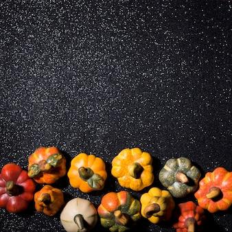 Citrouilles d'halloween avec fond sombre