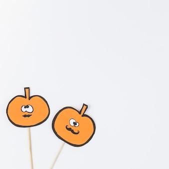 Citrouilles d'halloween orange sur bâtons