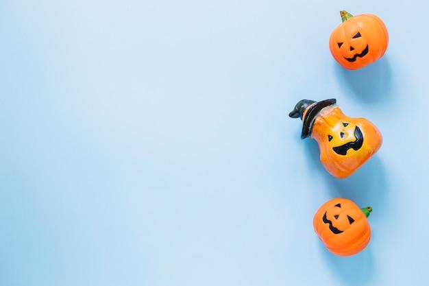 Des citrouilles d'halloween en plastique alignées