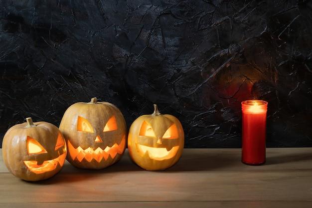 Citrouilles d'halloween sur table en bois