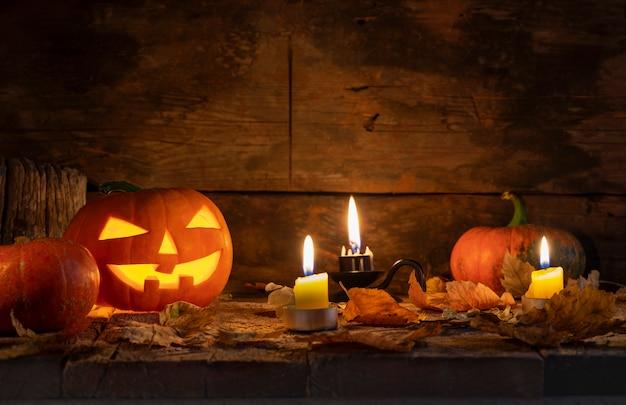 Citrouilles d'halloween tête jack o lanterne sur une table en bois.