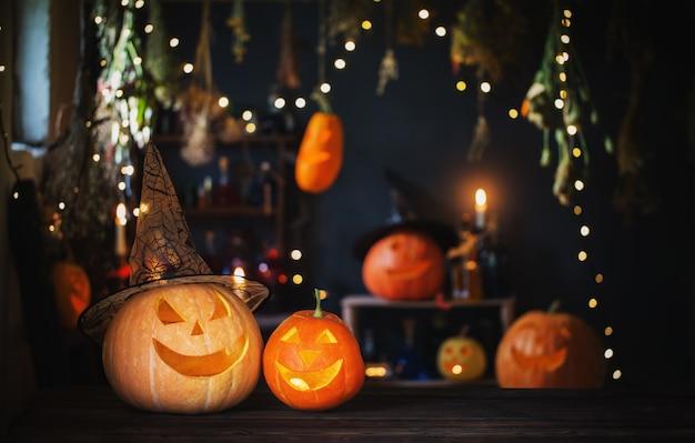 Citrouilles d'halloween sur la vieille table en bois sur fond de décorations d'halloween