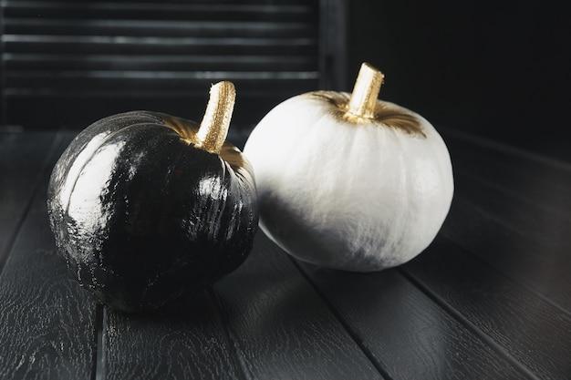 Citrouilles noires et blanches. décoration de la maison pour halloween dans le style moderne. horizontal.