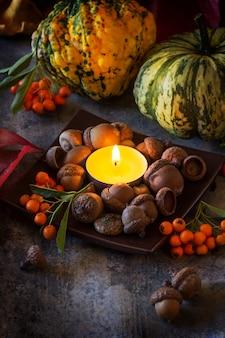 Citrouilles, noix et bougies