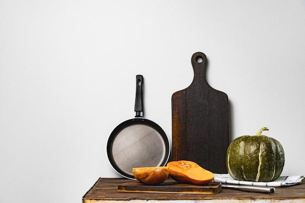 Citrouilles sur table de cuisine contre mur gris