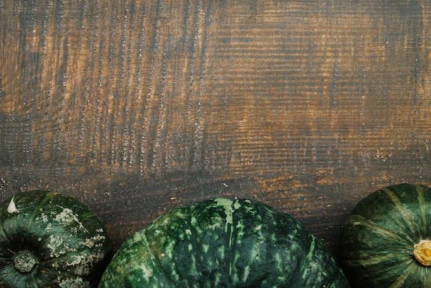 Citrouilles vertes sur table