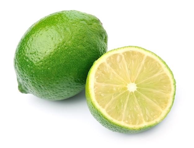 Citrus citron vert avec des feuilles isolées sur blanc