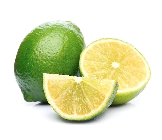 Citrus citron vert isolé sur blanc