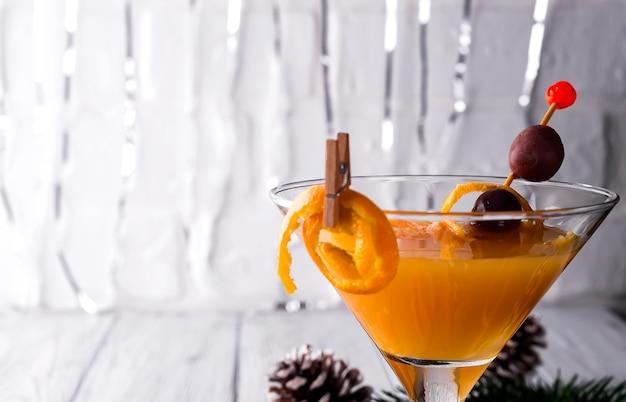 Citrus martini dans un verre de nouvel an