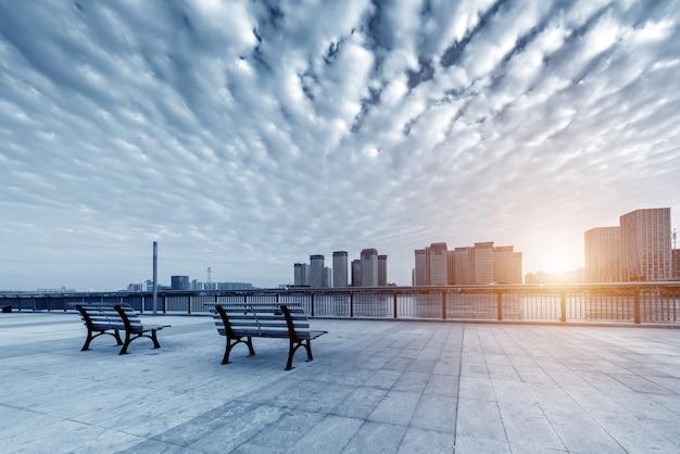 City square avec beau coucher de soleil