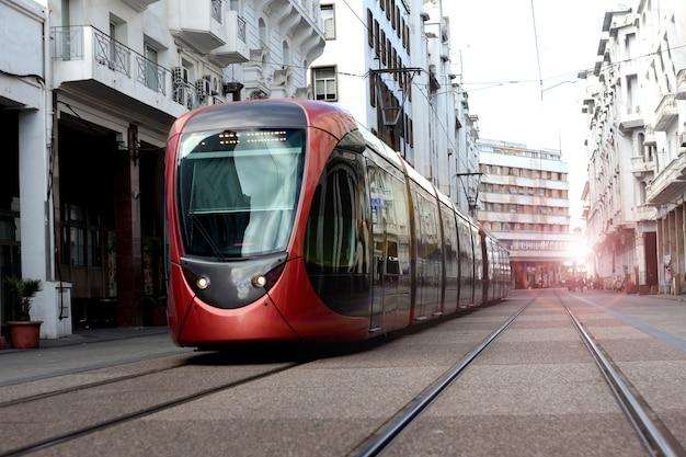 City tram sur une rue de casablanca au maroc