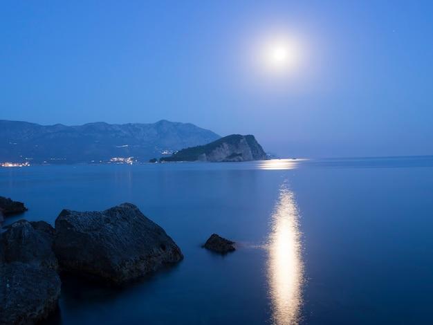Clair de lune sur l'île de st.nikola à budva