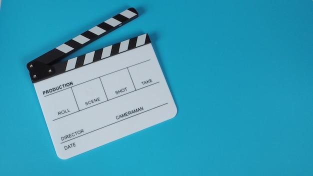 Clap ou ardoise de film .il est utilisé dans la production vidéo, le cinéma, l'industrie du cinéma sur fond bleu.