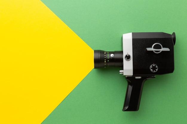 Clap de caméra rétro sur un fond coloré. un clap sur un fond coloré. photo de haute qualité
