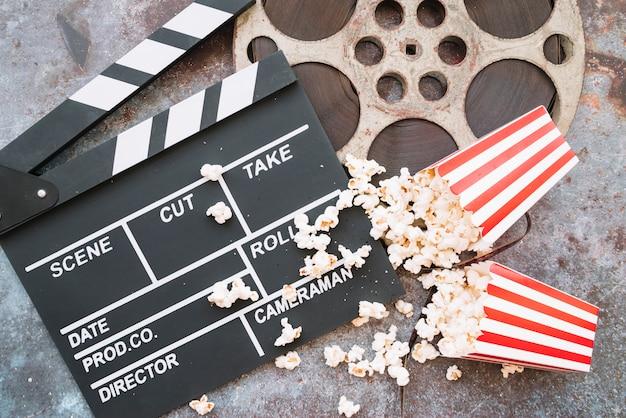 Clap de cinéma avec boîte à pop-corn