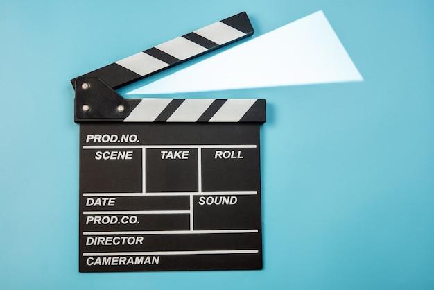 Clap de film sur fond bleu