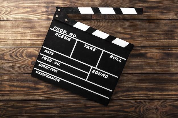 Clap de film sur fond de bois