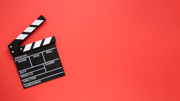 Clap de film sur fond rouge avec espace de copie
