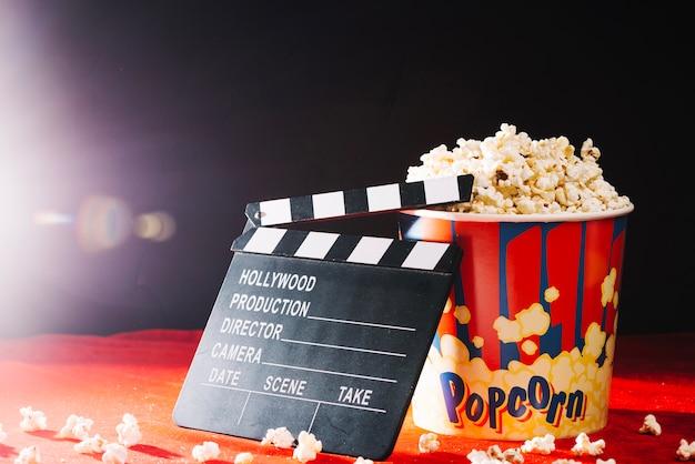 Clapet blanc appuyé contre le seau popcorn
