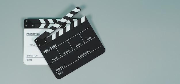 Clapperboard noir et blanc ou clapper board ou ardoise de film utilisé dans la production vidéo, le cinéma, l'industrie du cinéma sur fond gris.