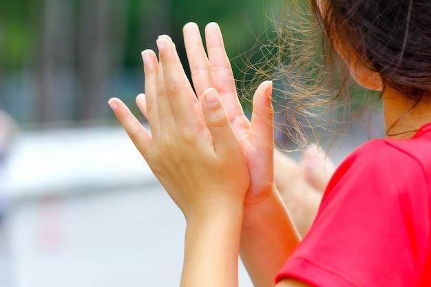Clapping young girl par les supporters pour atteindre la ligne d'arrivée d'une course à pied