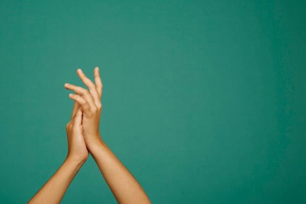 Claquant les mains
