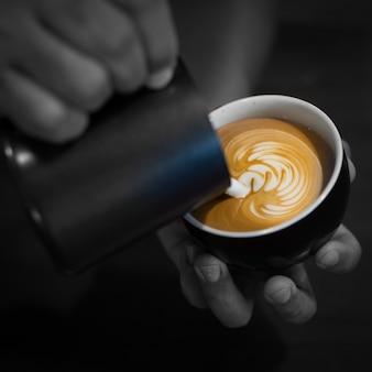 Classe couleur café au lait présente barista