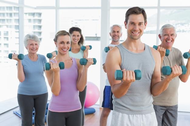 Classe d'exercices avec des haltères dans la salle de gym