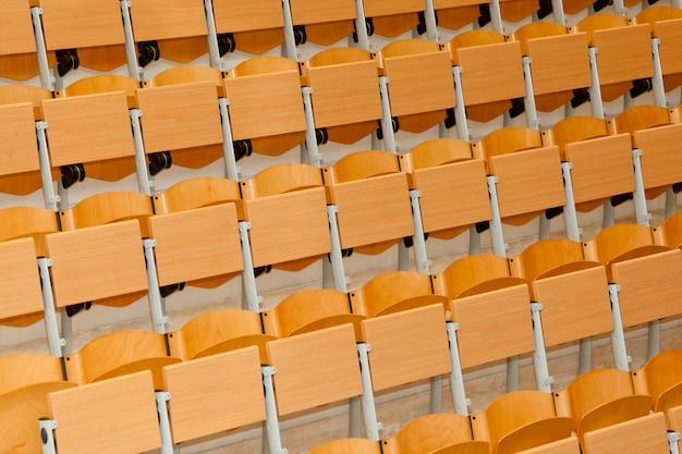 Classe vide avec des chaises en bois