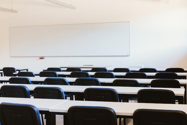 Classe vide à l'université d'éducation