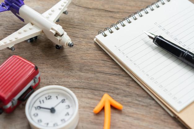Un classement de livre (liste) avec un modèle d'avion.