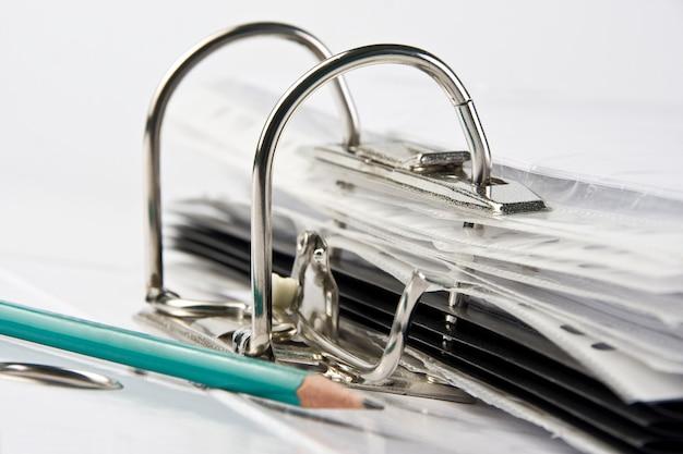 Classeur avec fichiers et crayon