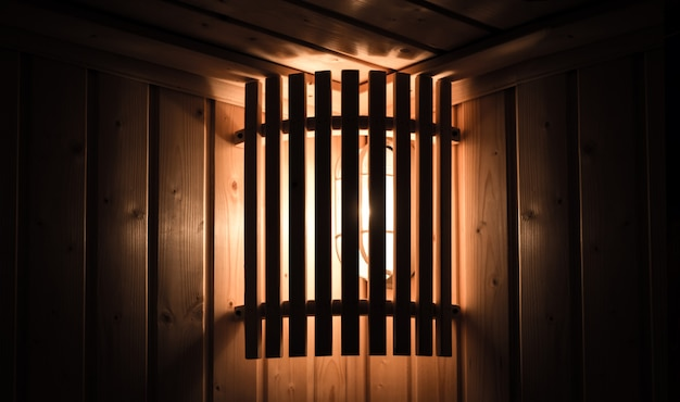 Classique lumière être rack bois arrière dans la salle de sauna