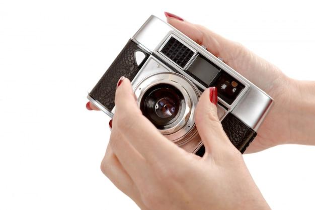 Classique vieille caméra analogique sur blanc