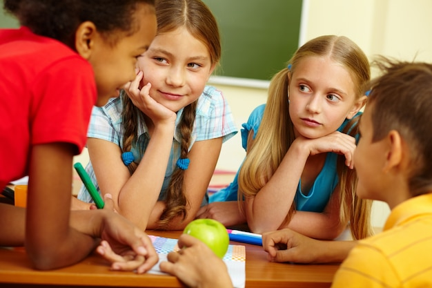 Classmates faire leurs devoirs ensemble