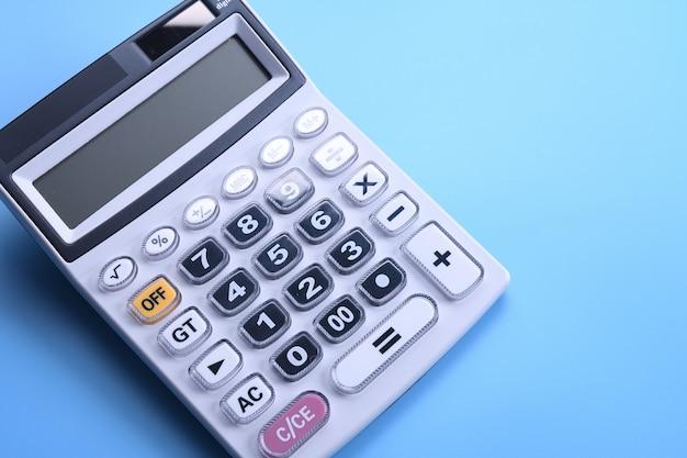 Clavier de la calculatrice sur un bleu