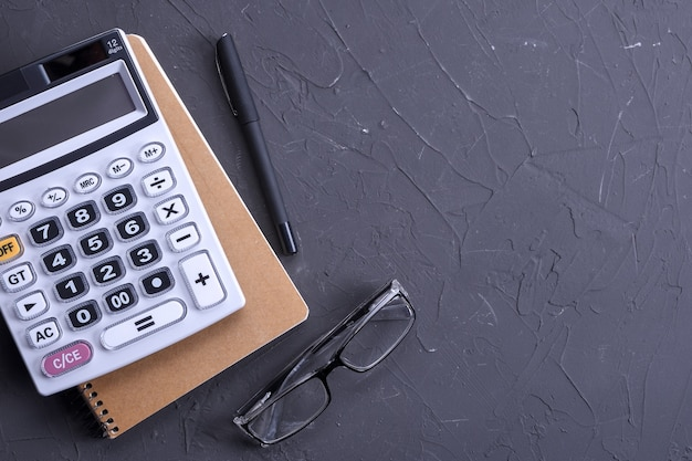 Clavier de la calculatrice sur un fond de plancher de beton. vue de dessus. copier l'espace