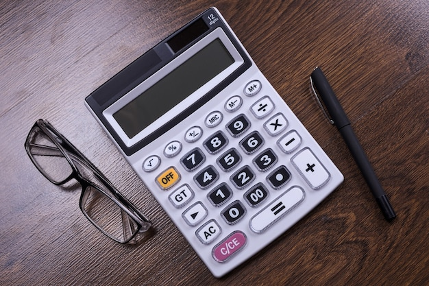 Clavier de la calculatrice sur un fond de plancher en bois