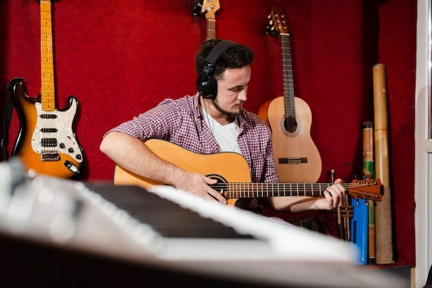 Clavier flou et gars jouant de la guitare