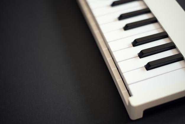 Clavier midi blanc sur fond sombre