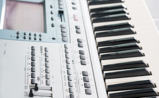 Clavier musical électronique rapproché et piano pour jouer des chansons.