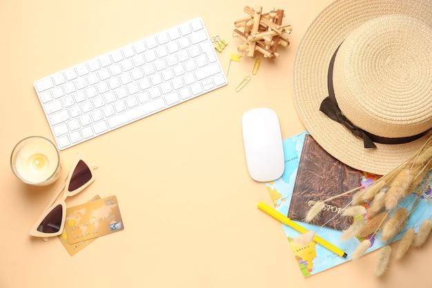 Clavier d'ordinateur avec carte, passeport, cartes de crédit et accessoires féminins sur couleur