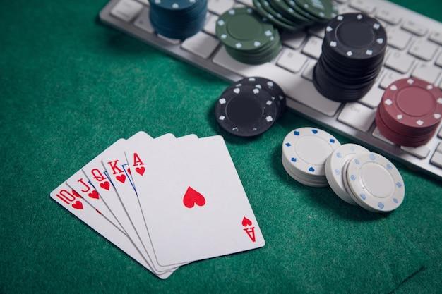 Clavier d'ordinateur, cartes à jouer et puces. casino en ligne