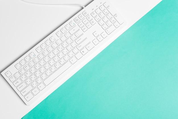 Clavier d'ordinateur sur un fond de papier turquoise