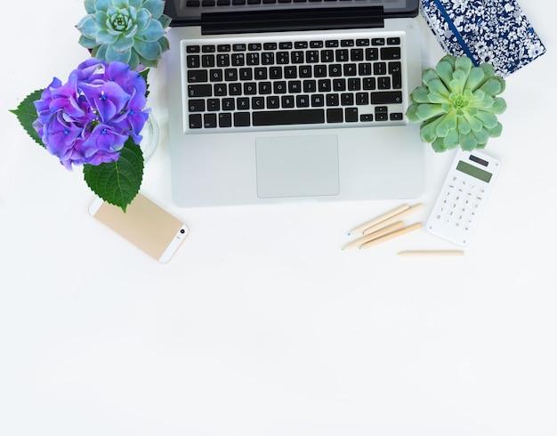 Clavier d'ordinateur portable moderne et téléphone sur tableau blanc