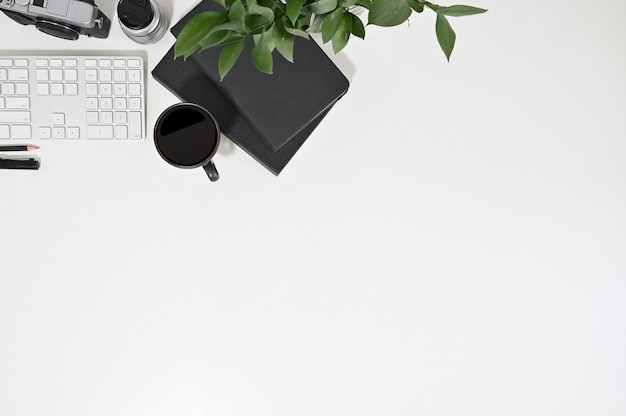 Clavier d'ordinateur vue de dessus d'espace de travail, café, ordinateur portable avec décoration végétale.