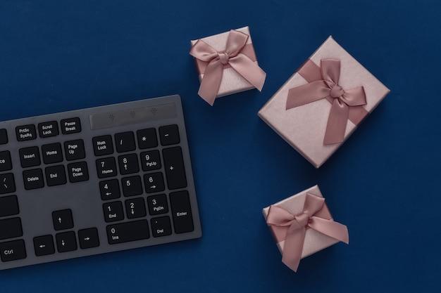 Clavier pc avec coffrets cadeaux sur un bleu classique