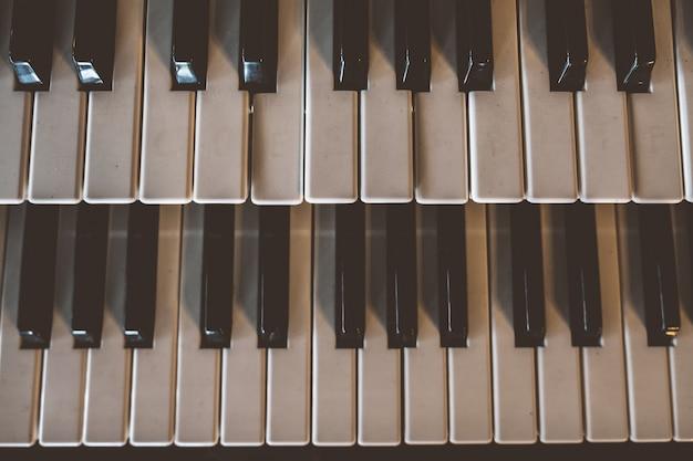 Clavier de piano ancien vue de dessus avec vieux ton vintage