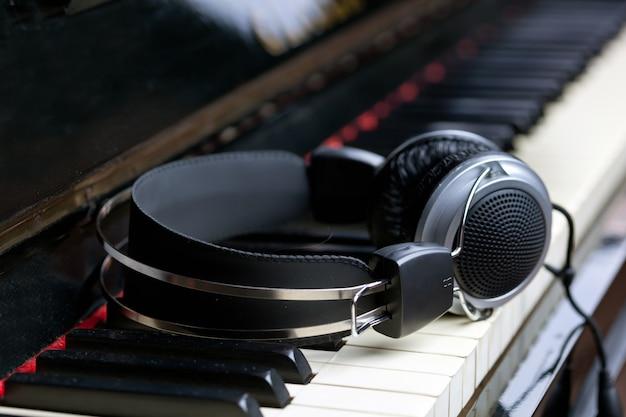 Clavier de piano et des écouteurs