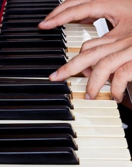 Clavier de piano en ivoire avec mains